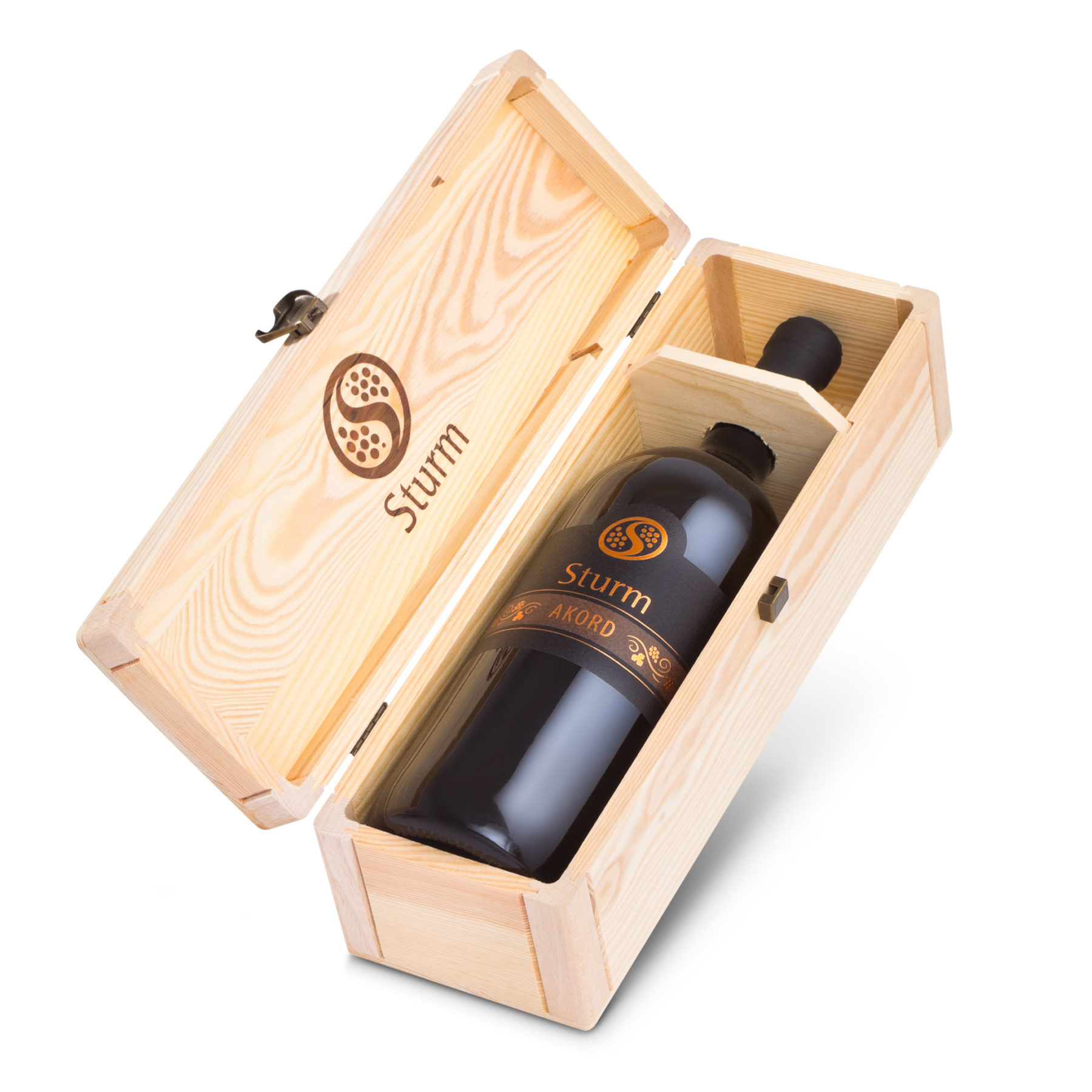 Sturm - vino Akord magnum v leseni škatli. Foto: Primož Brankovič, 2016