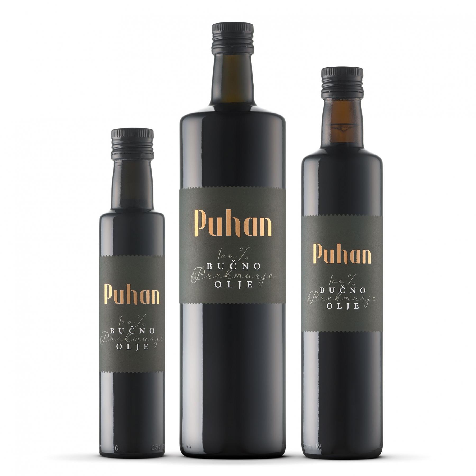 100 % prekmursko, 100 % bučno olje Puhan v steklenicah različnih volumnov. Zaradi optimalizacije tiska imata steklenici 0,25 l in 0,50 l isto etiketo.