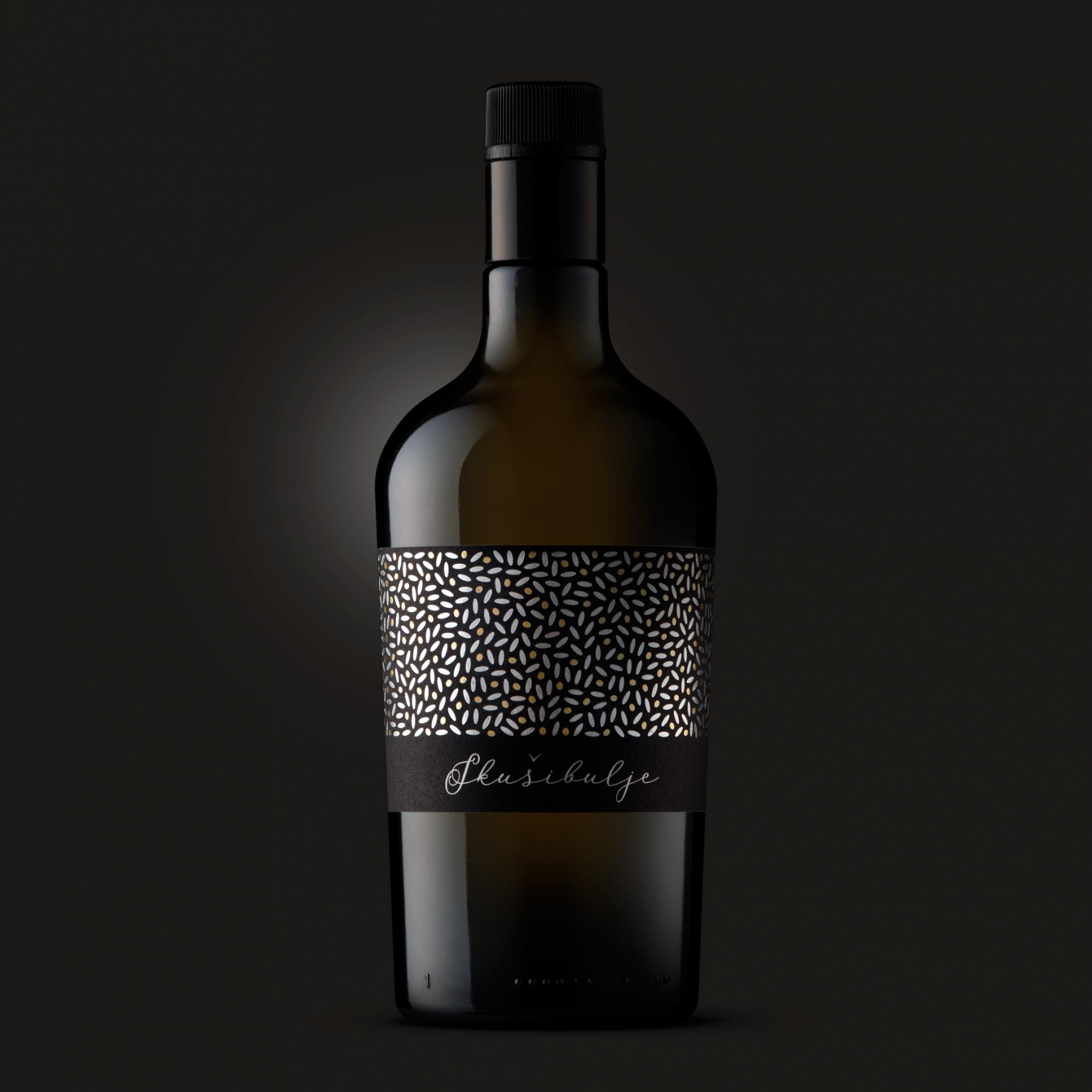 Zasnovali in oblikovali smo etiketo za briško oljčno olje Skušibulje. Motiv izhaja iz stiliziranega pogleda na (srebrne) liste in (zlate) sadeže oljke. · Naročnik: Luka Fornazarič · Zasnova in izris motiva za etiketo ter oblikovanje etikete: Marijan Močivnik · 2018